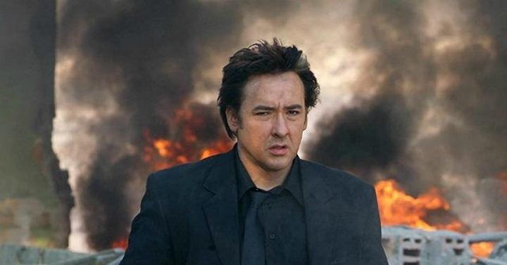 """""""จอห์น คูแซ็ค"""" โดนถูกหลงทั้งกระบอง และสเปรย์พริกไทย! หลังพยายามถ่ายคลิปการประท้วง"""