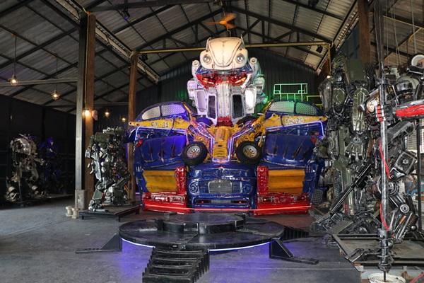 อลังการ!!  บ้านหุ่นเหล็ก โชว์หุ่นยนต์เหล็กขนาดใหญ่ จากรถยนต์กว่า 10 คันรับปลดล๊อกโควิด19