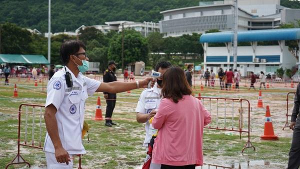 กลุ่มไทยออยล์ ร่วมกับเทศบาลฯ แหลมฉบัง มอบถุงยังชีพ ให้กับชุมชนรอบโรงกลั่นฯ 10,000 ชุด