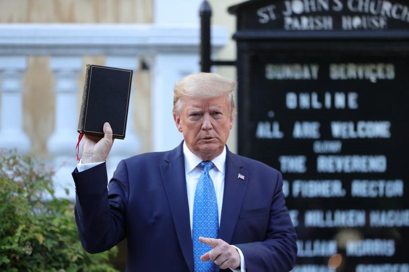 ประธานาธิบดีโดนัลด์ ทรัมป์ แห่งสหรัฐฯ ยืนชูพระคัมภีร์ไบเบิลให้เจ้าหน้าที่ถ่ายรูปที่ด้านหน้าโบสถ์เซนต์จอห์น (St. Johns Episcopal Church) ระหว่างที่กำลังมีการชุมนุมประท้วงต่อต้านความไม่เท่าเทียมทางเชื้อชาติและการเสียชีวิตของ จอร์จ ฟลอยด์ ที่ด้านนอกทำเนียบขาวเมื่อวานนี้ (1 มิ.ย.)