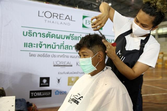 ลอรีอัล ประเทศไทย ให้บริการตัดผมฟรี  แก่แพทย์ พยาบาล และเจ้าหน้าที่สถาบันบำราศนราดูร