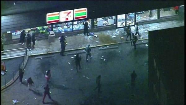 7-Elevenโดนด้วย!ถูกปล้นสะดม,วางเพลิงเสียหายยับ ผู้ประท้วงสหรัฐฯลุยห้างเมซีส์ก่อนเคอร์ฟิว(ชมคลิป)
