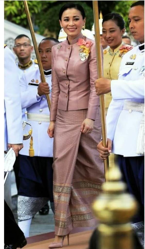 สมเด็จพระนางเจ้าสุทิดาฯ ในฉลองพระองค์ชุดผ้าไหมไทย ทรงประดับดวงตราเครื่องราชอิสริยาภรณ์จุลจอมเกล้า ชั้นปฐมจุลจอมเกล้าฝ่ายใน เหรียญรัตนาภรณ์ รัชกาลที่ ๙ ชั้นที่ 1 เหรียญรัตนาภรณ์ รัชกาลที่ ๑๐ ชั้นที่ 1 และเหรียญที่ระลึกเฉลิมพระเกียรติในโอกาสพระราชพิธีบรมราชาภิเษก (ภาพพระราชทาน : กรมเลขานุการในพระองค์)