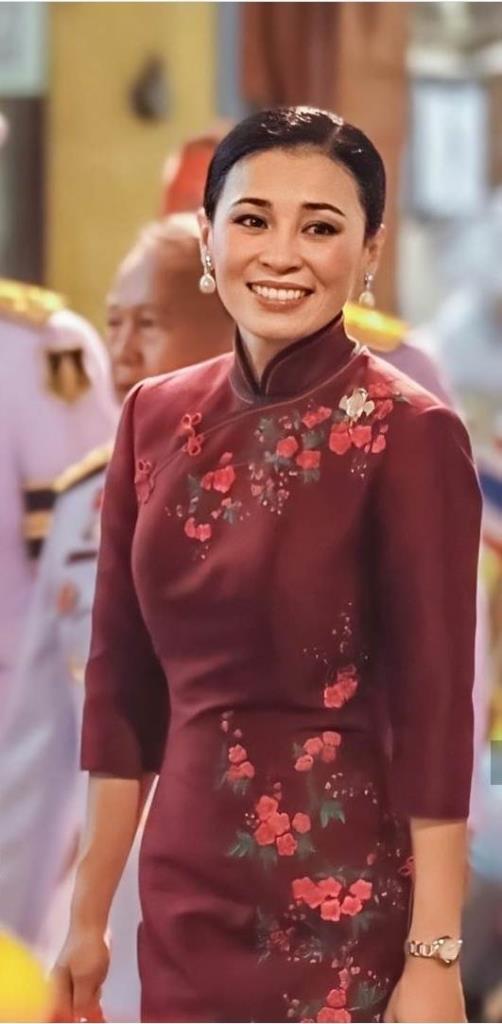 สมเด็จพระนางเจ้าสุทิดาฯ ในฉลองพระองค์สไตล์กี่เพ้าเมื่อครั้งเสด็จพระราชดำเนินไปทรงเยี่ยมเยียนชาวไทยเชื้อสายจีนที่เยาวราช