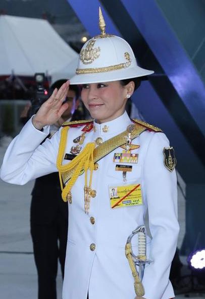 """จากแอร์โฮสเตสมาสู่พระบรมราชินี ทรงเข้มแข็งแบบชายชาติทหาร! เป็นต้นแบบ """"ราชวัลลภเริงระบำ""""!!"""