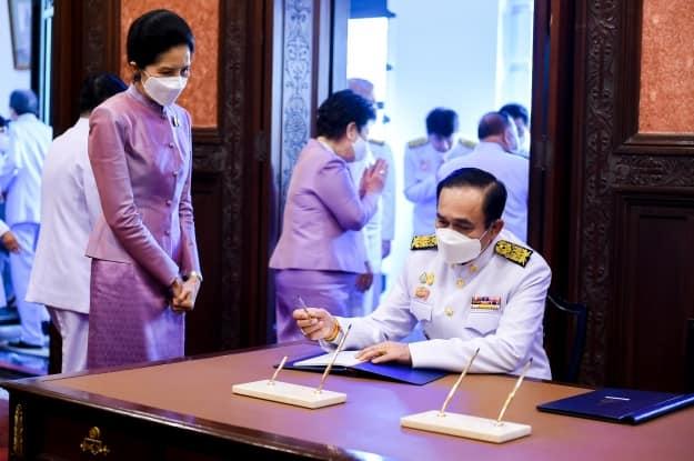 นายกฯและภริยา ลงนามถวายพระพร  สมเด็จพระนางเจ้าฯ พระบรมราชินี เนื่องในโอกาสวันคล้ายวันเฉลิมพระชนมพรรษา