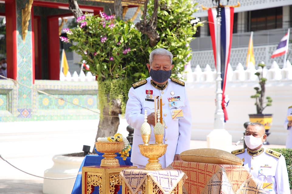 ในหลวง โปรดเกล้าฯ ประธานองคมนตรีไปในการบำเพ็ญพระราชกุศลถวายภัตตาหารเพล เนื่องในวันเฉลิมพระชนมพรรษา พระราชินี