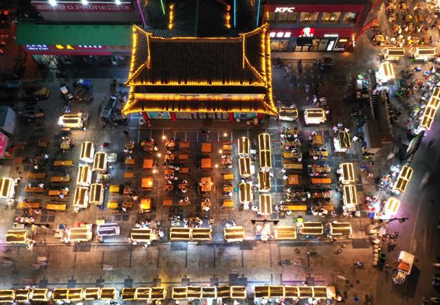 จีนส่งเสริมตั้งแผงลอยริมถนน กระตุ้นตลาดกลางคืน ขับเคลื่อนฟื้นศก. รายย่อย
