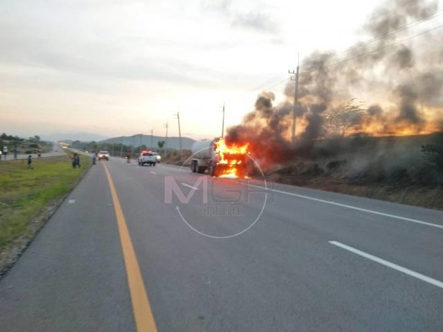หวิดถูกย่างสด!ไฟไหม้รถน้ำหน้าด่านฯแม่สอดวอดครึ่งกัน โชคดีคนขับโดดหนีตายทัน