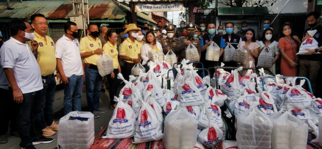 ผบก.ภ.จว.นนทบุรีพร้อมด้วย กต.ตร.นำถุงยังชีพแจกชาวบ้านบรรเทาได้รับผลกระทบโรคระบาดโควิด-19