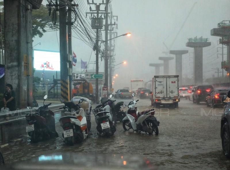 ประมวลภาพ : น้ำท่วมขัง ถ.แจ้งวัฒนะหน้าศูนย์ราชการฯ ล่าสุดน้ำแห้งแล้ว