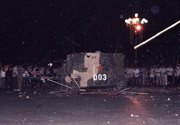 พาหนะหุ้มเกราะของกองทัพเหยียบเต็นท์ของกลุ่มประท้วงเรียกร้องประชาธิปไตยที่บริเวณจัตุรัสเทียนอันเหมิน วันที่ 7 พ.ค. 1989 (แฟ้มภาพ รอยเตอร์ส)