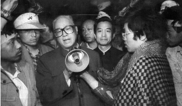 จ้าว จื่อหยาง (กลาง) เลขาธิการพรรคคอมมิวนิสต์ขณะนั้น (1989) ขึ้นกล่าวแสดงความเห็นใจนักศึกษา และขอร้องให้กลับบ้านก่อนกองทัพเคลื่อนขบวนเข้าปราบฯ (แฟ้มภาพ เอเอฟพี)