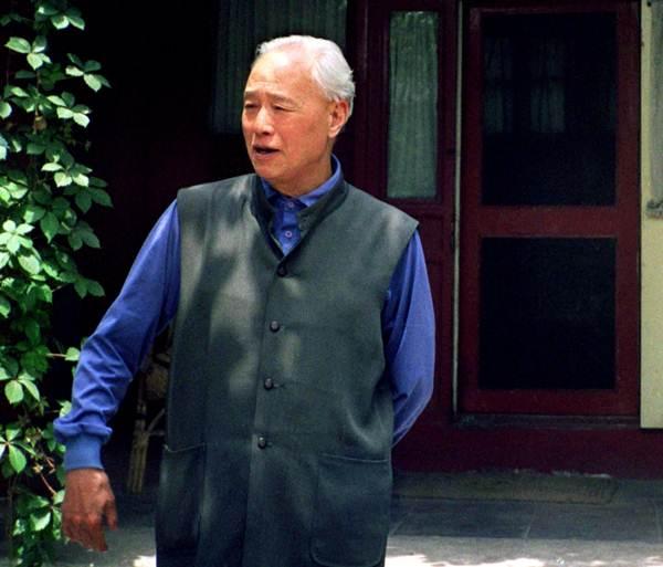 ผู้นำที่เห็นใจกลุ่มประท้วงฯอย่างจ้าว จื่อหยังถูกปลดออกจากตำแหน่ง ลงจากสังเวียนจากการเมืองจีนไป ในภาพจ้าวเดินเล่นบริเวณสวนในบ้านใจกลางปักกิ่งต้นเดือนมิ.ย.ปี 1998 (แฟ้มภาพ รอยเตอร์ส)