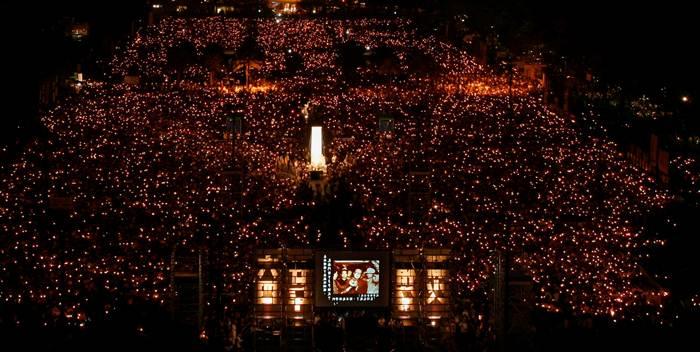 """ตลอด 30 ปีที่ผ่านมา ประชาชนนับพันนับหมื่นคนแห่แหนมาชุมนุมที่วิกตอเรีย พาร์ค ฮ่องกงในวันที่ 4 มิถุนายนของทุกปี  เพื่อรำลึกเหตุการณ์ปราบปรามกลุ่มเรียกร้องประชาธิปไตยที่จัตุรัสเทียนอันเหมิน งานรำลึกฯนี้เสมือน """"สัญญาณชีพของเสรีภาพ"""" สำหรับชาวฮ่องกง ในภาพการชุมนุมในวันที่ 4 มิ.ย. 2009 (แฟ้มภาพ รอยเตอร์ส)"""