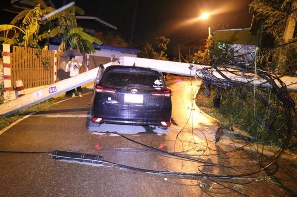 หวิดสลด! ลมฝนพัดเสาไฟฟ้าล้มทับรถยนต์เก๋งพังยับ