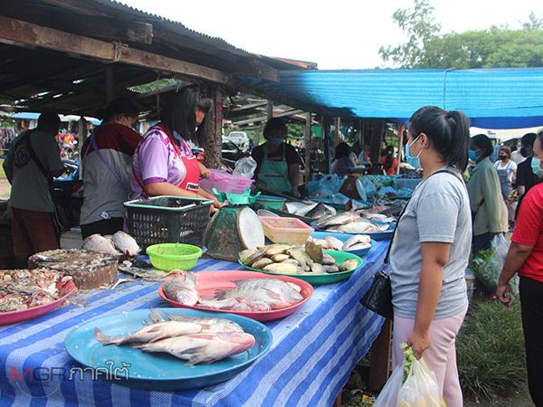 ชาวเมืองเบตงออกจ่ายตลาดคึกคักหลังเริ่มคลายล็อก สาธารณสุขยังคุมเข้มป้องกันโควิด-19