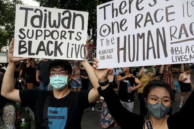 """ชนพื้นเมืองเกาะไต้หวันจัดประท้วง """"แบล็คไลฟ์แมทเทอร์"""" ชี้หัวอกเดียวกับคนผิวสี"""
