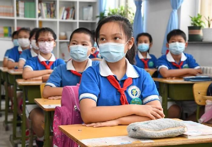 (แฟ้มภาพซินหัว : นักเรียนเกรด 4 เข้าเรียนในโรงเรียนประถมศึกษาหยางฟางเตี้ยน ในเขตไห่เตี้ยน กรุงปักกิ่ง เมืองหลวงของจีน เมื่อวันที่ 8 มิ.ย. 2020)