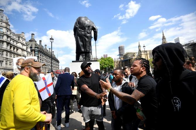 """พวกผู้ชุมนุมต่อต้านเหยียดผิว """"ชีวิตคนดำก็มีค่า"""" รวมตัวกันที่ อนุสาวรีย์เชอร์ชิลในเวสมินสเตอร์ กรุงลอนดอน ประเทศอังกฤษ ส่วนหนึ่งของการประท้วงที่ลุกลามบานปลายนับตั้งแต่ จอร์จ ฟลอยด์ ชายชาวอเมริกันเชื้อสายแอฟริกัน เสียชีวิตระหว่างถูกตำรวจสหรัฐฯ เข้าควบคุมตัวในมินนีอาโปลิส ทั้งนี้ เชอร์ชิล อดีตผู้นำอังกฤษในช่วงสงครามโลกครั้งที่ 2 และถูกนักเคลื่อนไหวจำนวนหนึ่งโจมตีว่า เป็นพวกเหยียดเชื้อชาติ"""