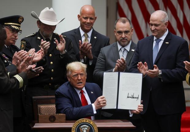 ทรัมป์เซ็นคำสั่งพิเศษปฏิรูปตำรวจ,ห้ามรัดคอ หวังสยบไฟโกรธผู้ประท้วงต้านเหยียดผิว