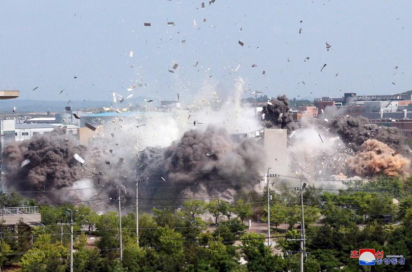 สำนักข่าว KCNA ของเกาหลีเหนือเผยแพร่ภาพการระเบิดทำลายสำนักงานประสานงานร่วมระหว่างเกาหลีเหนือและใต้ที่เมืองแกซอง เมื่อวันที่ 16 มิ.ย.