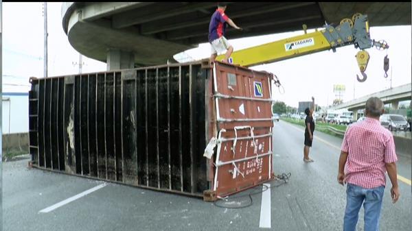 หวาดเสียว!! ตู้คอนเทนเนอร์ บรรทุกข้าวตกสะพานเกือกม้า กระบะหลบทันโดนเสาไฟล้มทับ