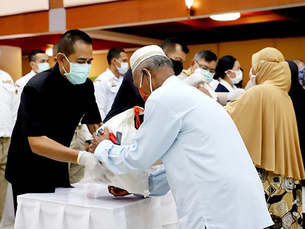 มอบถุงยังชีพ 2,900 ชุดแก่ประชาชนชาว จ.ปัตตานีที่ได้รับผลกระทบจากโควิด-19