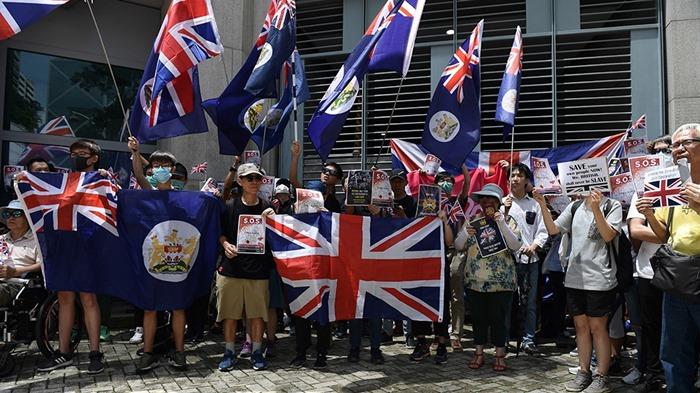 """การประท้วงพวก """"ผู้สนับสนุนประชาธิปไตย"""" ในฮ่องกงเมื่อปี 2019 ผู้เข้าร่วมจำนวนไม่น้อยนิยมถือธงชาติสหราชอาณาจักร ตลอดจนธงของฮ่องกงในยุคที่ยังเป็นอาณานิคมของสหราชอาณาจักร"""