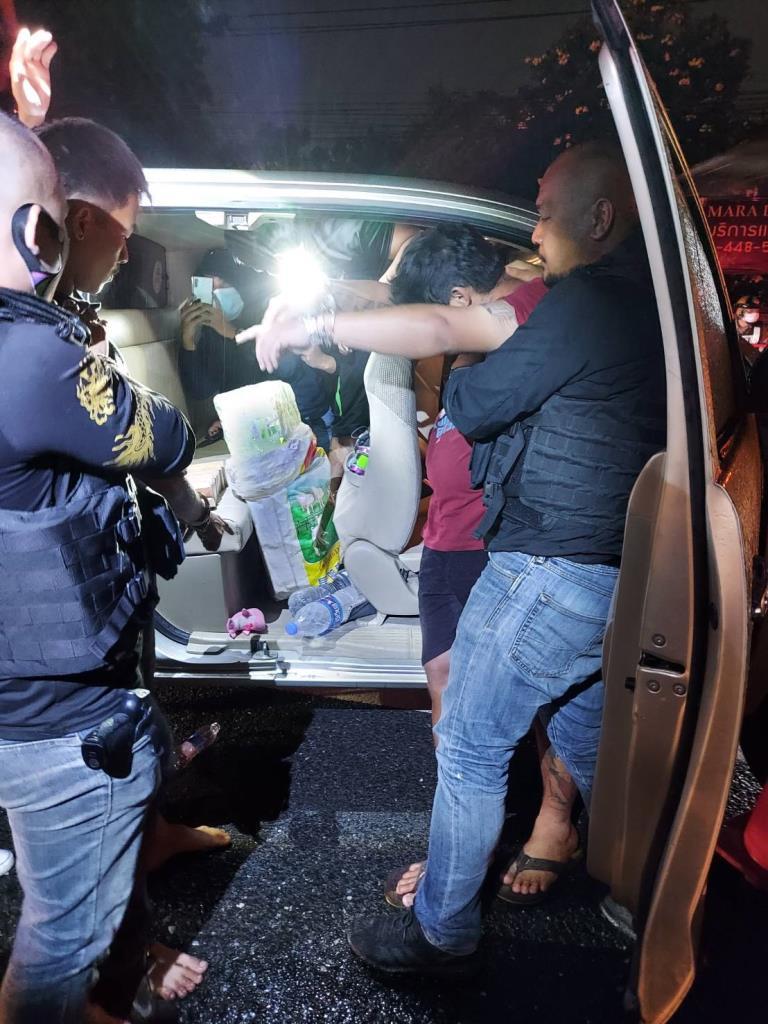 ตำรวจต้อนแก๊งขนยาฝั่งธนฯ ยึดไอซ์-เฮโรอีน มูลค่า 15 ล้าน