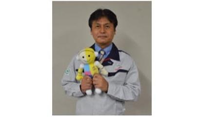 ผู้นำการพัฒนา THUMS  นาย ยูอิชิ คิตา กาวา  ในภาพเขากำลังถือมาสคอตที่ใช้ในการโปรโมต THUMS ในเอเชีย