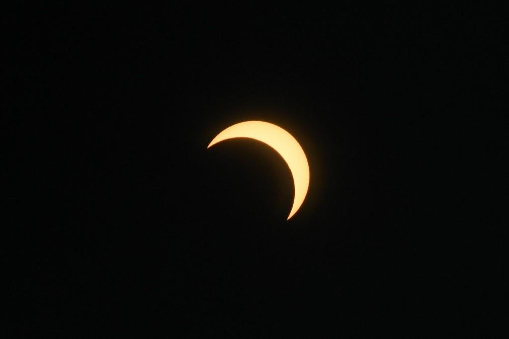 ภาพขณะดวงจันทร์ผ่านหน้าดวงอาทิตย์ ถ่ายจากมุมที่อินเดีย (GIUSEPPE CACACE / AFP)