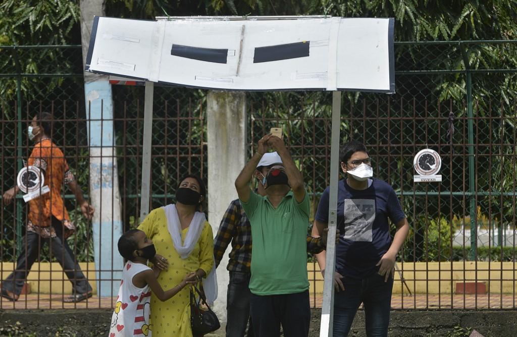 ประชาชนในอินเดีย รอชมปรากฏการณ์สุริยุปราคาวงแหวน (DIPTENDU DUTTA / AFP)