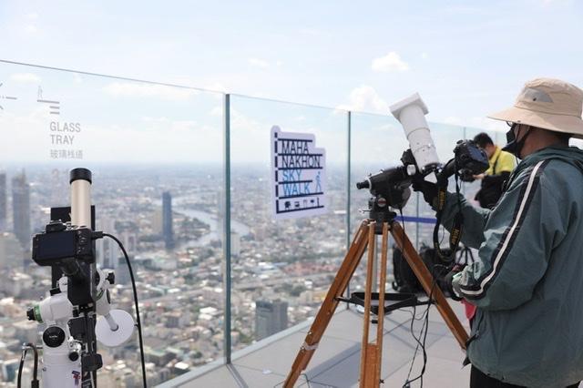 """คิง เพาเวอร์ มหานคร ร่วมกับ สมาคมดาราศาสตร์ไทย จัดกิจกรรมชม """"สุริยุปราคาบางส่วน"""" จากจุดชมวิวชั้นดาดฟ้าที่สูงที่สุดในกรุงเทพฯ"""