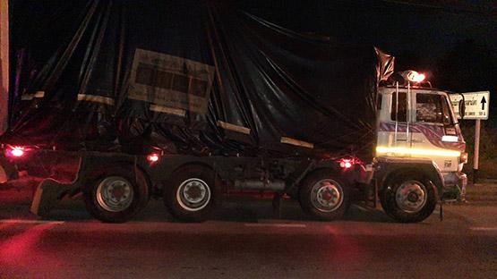 รถจักรยานยนต์ชนท้ายรถสิบล้อ ย่านสามโคก เสียชีวิตคาที่