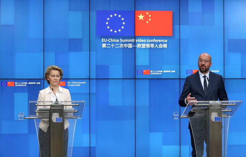 อูร์ซูลา ฟอน เดอร์ เลเยน ประธานคณะกรรมาธิการยุโรป และ ชาร์ลส มิเชล ประธานคณะมนตรียุโรป เปิดแถลงข่าวภายหลังประชุมผ่านระบบวิดีโอคอลล์กับประธานาธิบดี สี จิ้นผิง และนายกรัฐมนตรี หลี่ เค่อเฉียง ของจีน เมื่อวานนี้ (22 มิ.ย.)