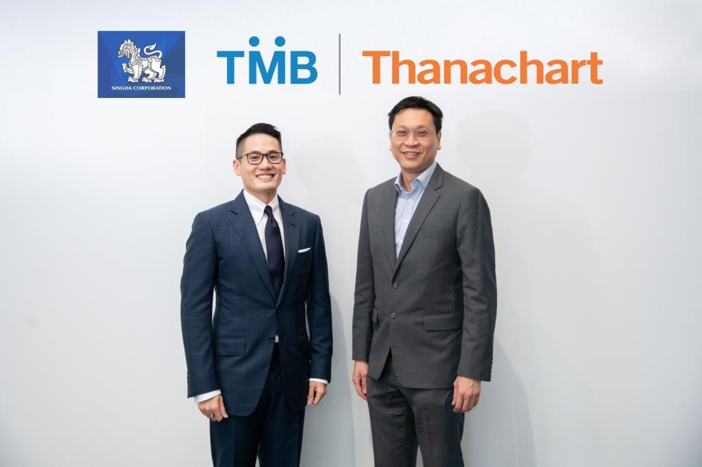 (ขวา) นายเสนธิป ศรีไพพรรณ ประธานเจ้าหน้าที่บริหารลูกค้าธุรกิจ ทีเอ็มบี (ซ้าย) นายณัยณพ ภิรมย์ภักดี DVP - Head of CFO Office และ DVP – Head of Financial Strategy & Policy บริษัท บุญรอดบริวเวอรี่ จำกัด