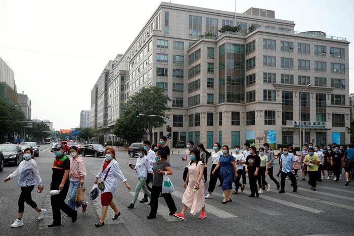 ชาวปักกิ่งเดินแถวไปรับการทดสอบกรดนิวคลิอิกเมื่อวันที่ 18 มิ.ย.2020 (ภาพ รอยเตอร์ส)