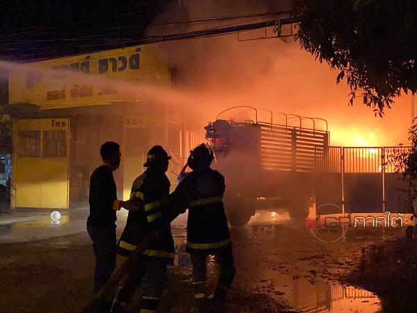 ระทึก! ไฟไหม้โกดังเมืองลุงรถรับส่งสินค้าวอด ลามไหม้ร้านประดับยนต์เสียหายบางส่วน