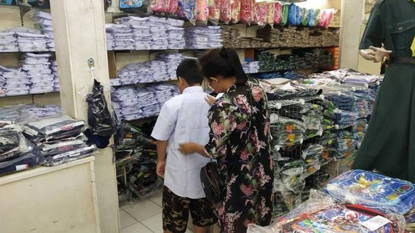 คึกคักแบบประหยัด ผู้ปกครองเมืองจันท์แห่พาบุตรหลานเลือกซื้อชุดนักเรียนแต่เน้นเฉพาะที่จำเป็น