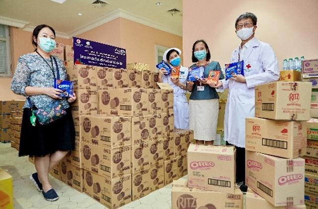 เจ้าหน้าที่โรงพยาบาลจุฬาลงกรณ์ สภากาชาดไทย รับมอบผลิตภัณฑ์จากบริษัท มอนเดลีซ อินเตอร์เนชันแนล (ประเทศไทย) จำกัด