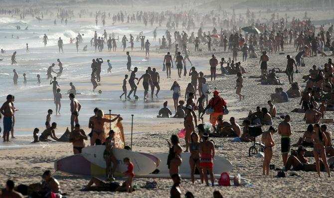 ชาวบราซิลยังคงแห่แหนกันออกมาท่องเที่ยวตามชายหาดต่างๆ เมื่อช่วงสุดสัปดาห์ที่ผ่านมา แม้สถานการณ์การแพร่ระบาดของโควิด-19 ในประเทศยังคงหนักหน่วงอยู่