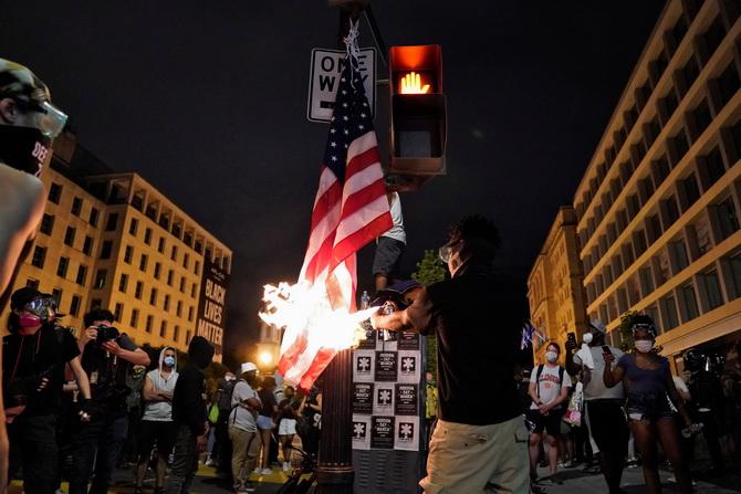 ทรัมป์เดือด! กลุ่มพวกผู้ประท้วงตั้งเขตปกครองตนเองในวอชิงตัน จุดไฟเผาธงชาติสหรัฐฯ