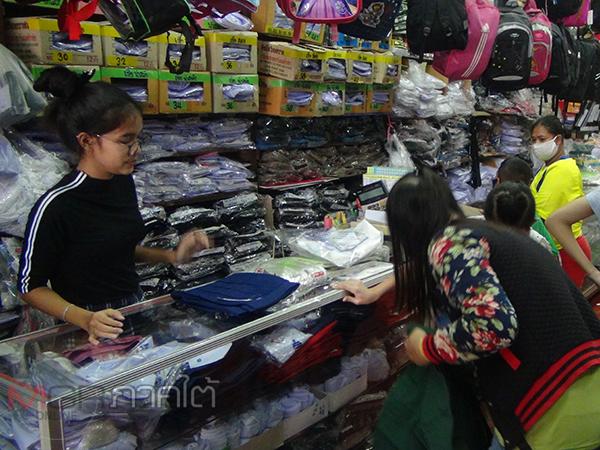 พ่อแม่ชาวเบตงแห่ซื้อชุดนักเรียนรับเปิดเทอม ด้านร้านค้าจัดโปรพิเศษช่วยเหลือในยุคโควิด