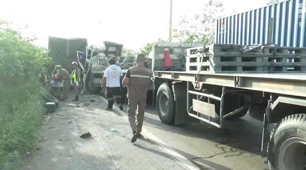 คนขับ 10 ล้อจอดซ่อมรถข้างทาง รถพ่วงลงสะพานชนท้ายดับคาล้อ บนถนนมิตรภาพ