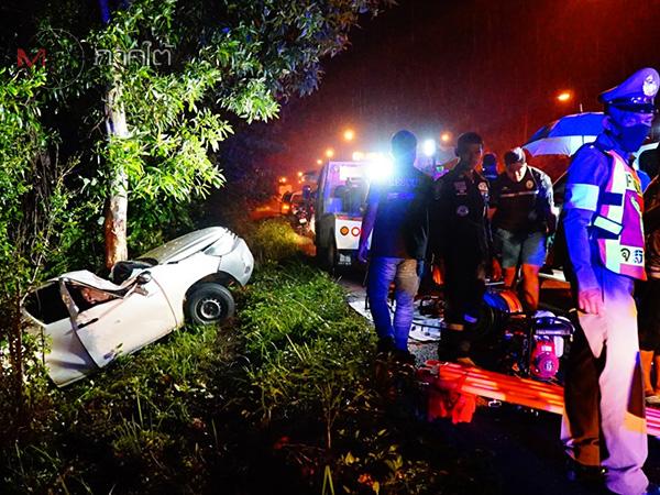ถนนลื่นกระบะเสียหลักชนอัดต้นไม้ริมทางที่พัทลุง คนขับเจ็บ-คนนั่งข้างเสียชีวิต