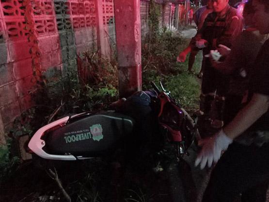 หนุ่ม 23 ซิ่งรถจักรยานยนต์ชนอัดเสาไฟฟ้าเสียชีวิตคาที่