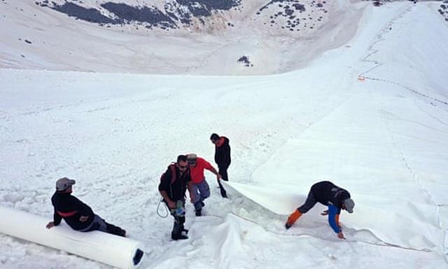 ปกป้องหิมะละลายเร็ว! อิตาลี-ออสเตรีย ต้องพึ่งผ้าใบผืนยักษ์คลุมธารน้ำแข็งเอาไว้ตลอดฤดูร้อน