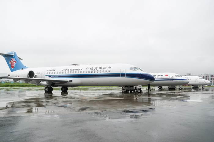 เครื่องบินโดยสารระดับภูมิภาค ARJ21 ถูกส่งมอบให้กับสายการบินจีน 3 สายการบินหลัก นับเป็นหมุดหมายสำคัญว่าเครื่องบินไอพ่นที่จีนผลิตขึ้นเองได้เข้าสู่ตลาดการบินพลเรือนกระแสหลักภายในประเทศแล้ว (ภาพ ซินหัว)