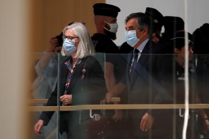 อดีตนายกรัฐมนตรี ฟรองซัว ฟียง (ขวา และภรรยา (ซ้าย) กำลังเดินเข้าสู่ห้องพิจารณาคดีเพื่อรับฟังคำพิพากษา ภายในศาลแห่งหนึ่งของกรุงปารีส ฝรั่งเศส ในวันจันทร์ (29 มิ.ย.)